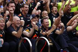 Il team Red Bull festeggia con Daniel Ricciardo, Red Bull Racing accanto alla piscina della Energy Station, con Adrian Newey, Chief Technical Officer, Red Bull Racing, e Christian Horner, Team Principal, Red Bull Racing