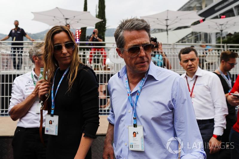 El actor Hugh Grant llega al paddock con su esposa Anna Elisabet Bernstein