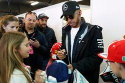 Lewis Hamilton, Mercedes AMG F1, rencontre les grid kids