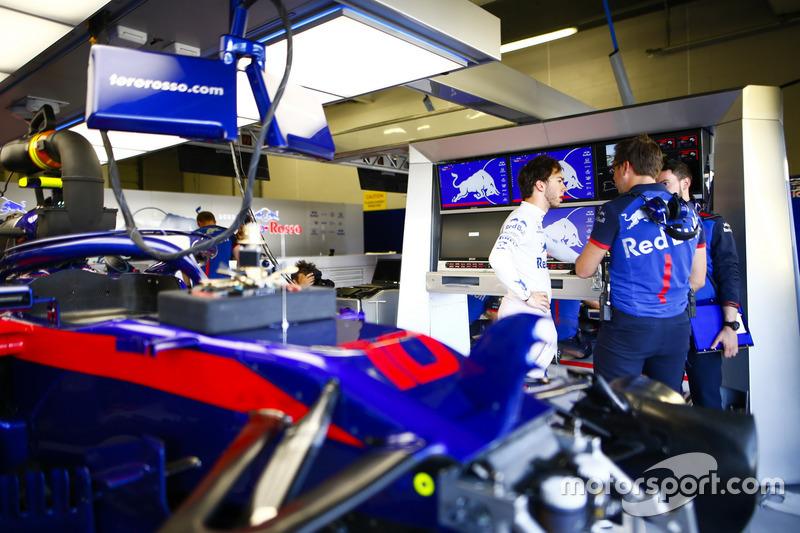 Pierre Gasly, Toro Rosso, avec des ingénieurs