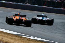 Fernando Alonso, McLaren MCL33 y Kevin Magnussen, Haas F1 Team VF-18
