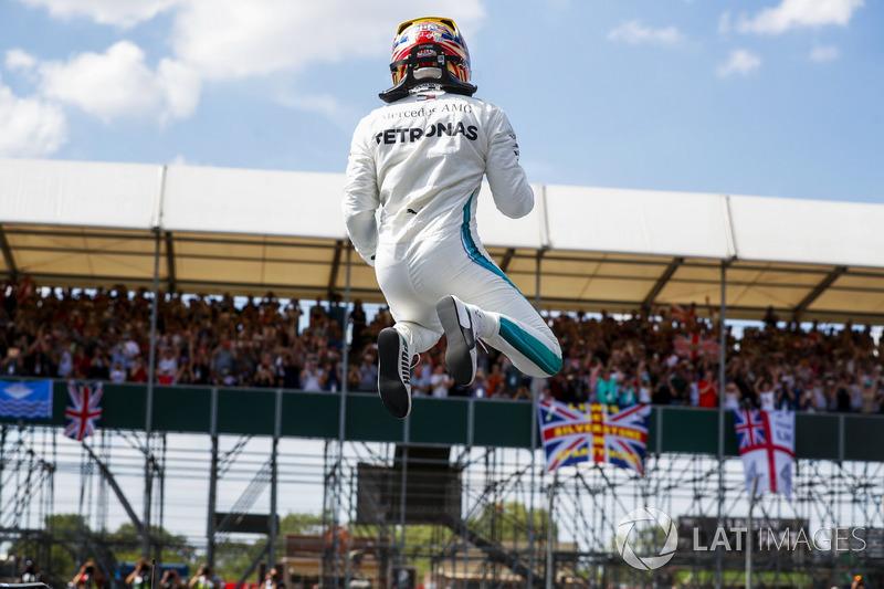 Ganador de la pole Lewis Hamilton, Mercedes AMG F1 celebra