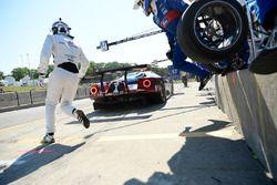 #67 Chip Ganassi Racing Ford GT, GTLM: Ryan Briscoe, Richard Westbrook, pit stop