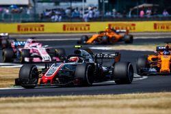 Kevin Magnussen, Haas F1 Team VF-18, lidera a Fernando Alonso, McLaren MCL33, y Sergio Perez, Force India VJM11