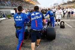 Brendon Hartley, Toro Rosso STR13 Honda, arrives on the grid