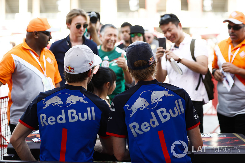 Pierre Gasly, Toro Rosso, ve Brendon Hartley, Toro Rosso, imza dağıtıyor