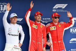 Segundo Valtteri Bottas, Mercedes-AMG F1, ganador de la pole Sebastian Vettel, Ferrari y tercero Kimi Raikkonen, Ferrari en parc ferme