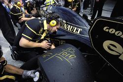 Scritte sulla gomma posteriore della monoposto di Ayrton Senna, Lotus 98T Renault