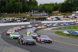 Denny Hamlin, Joe Gibbs Racing, Toyota Camry FedEx Freight e Kurt Busch, Stewart-Haas Racing, Ford Fusion Monster Energy / Haas Automation restart