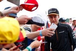 Stoffel Vandoorne, McLaren, meets some fans