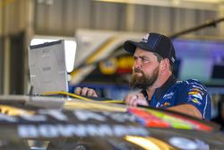 Alex Bowman, Hendrick Motorsports, Chevrolet Camaro Axalta, crew member