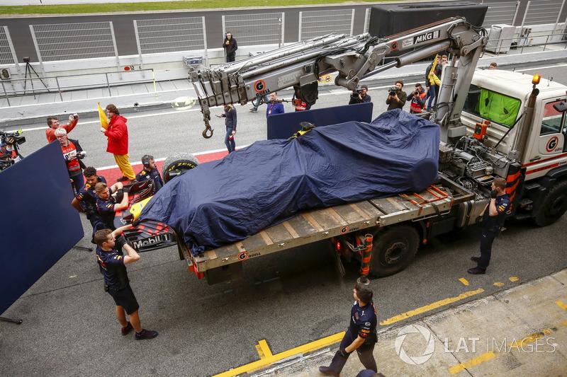 La Red Bull Racing RB14 di Max Verstappen viene riportata ai box