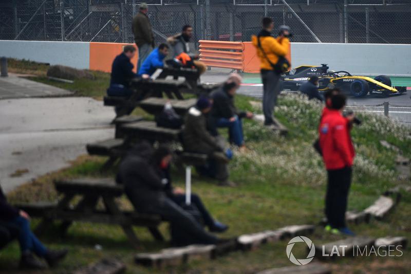 Fans miran a Nico Hulkenberg, Renault Sport F1 Team RS18