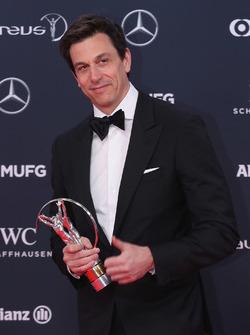 Toto Wolff, Direttore Esecutivo Mercedes AMG F1 con il trofeo Laureus Team of the Year
