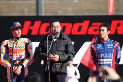 Президент Honda Такахиро Хатиго с Марком Маркесом и Такумой Сато