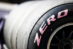 Detalle de neumático hiper suave de paredes laterales de color rosa Pirelli
