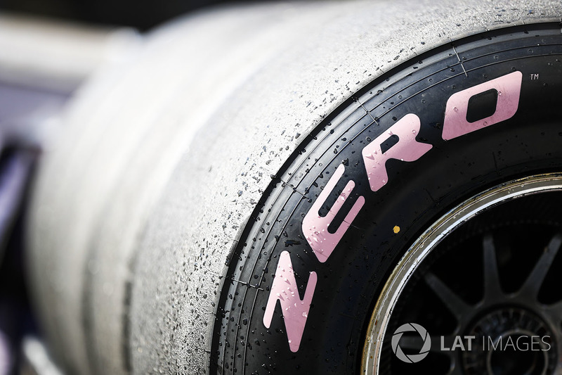 Detalle de neumático hiperblando de paredes laterales de color rosa Pirelli