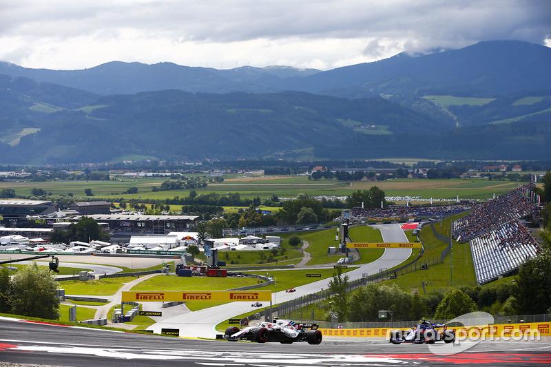Robert Kubica, Williams FW41, leads Brendon Hartley, Toro Rosso STR13