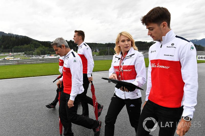 Charles Leclerc, Sauber, cammina lungo il circuito con Xevi Pujolar, capo dell'ingegneria in pista, Sauber e Ruth Buscombe, ingegnere della strategia, Sauber