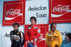 Podio: ganador de la carrer Alain Prost, segundo lugar Keke Rosberg, tercer lugar Elio de Angelis