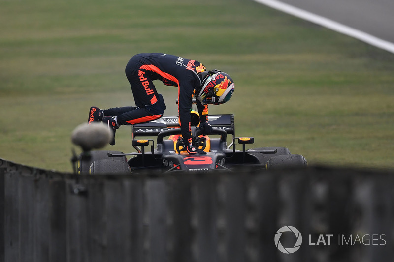 Daniel Ricciardo, Red Bull Racing RB14 stops on track in FP3