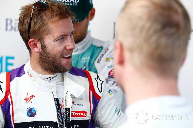 Sam Bird, DS Virgin Racing, parla con Felix Rosenqvist, Mahindra Racing, nel media pen