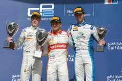 Podio: il primo classificato Rio Haryanto, Campos Racing, il secondo classificato Stoffel Vandoorne, ART Grand Prix, il terzo classificato Nathanael Berthon, Lazarus