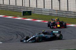 Valtteri Bottas, Mercedes AMG F1 W09, voor Max Verstappen, Red Bull Racing RB14 Tag Heuer