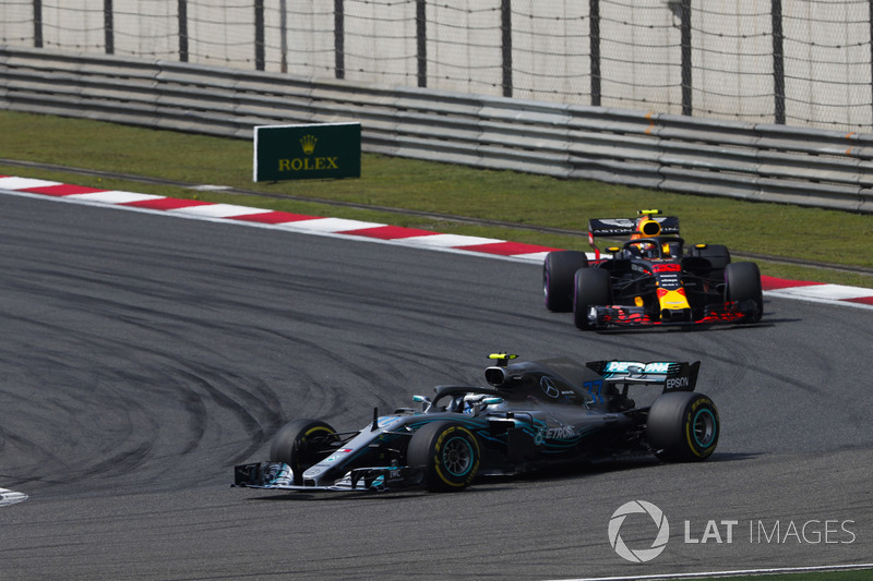 Valtteri Bottas, Mercedes AMG F1 W09, devant Max Verstappen, Red Bull Racing RB14 Tag Heuer