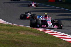 Esteban Ocon, Force India VJM11 Mercedes, Romain Grosjean, Haas F1 Team VF-18 Ferrari