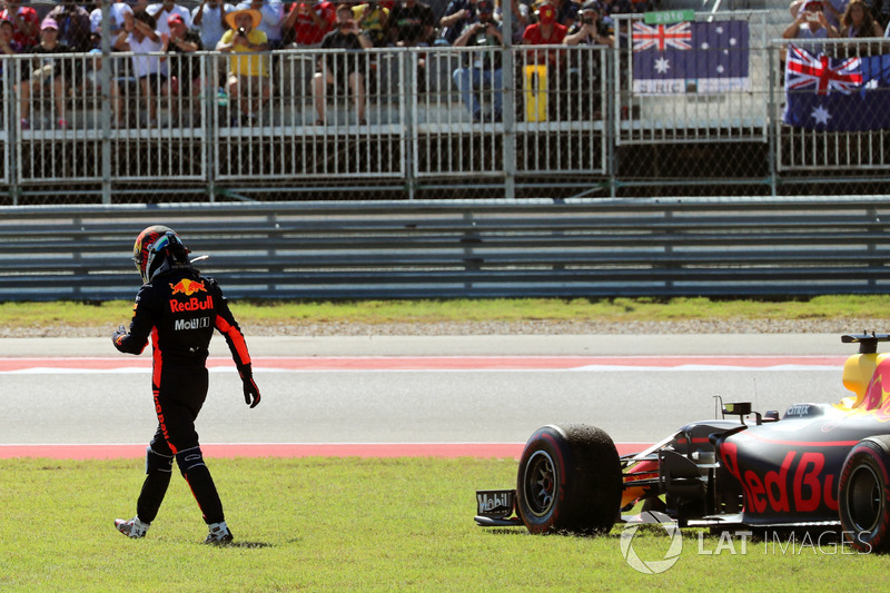 Daniel Ricciardo, Red Bull Racing RB13 retires from the race