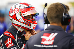 Kevin Magnussen, Haas F1 Team, puts his helmet on