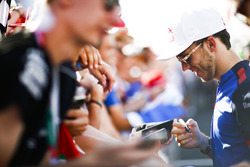 Pierre Gasly, Toro Rosso, firma un autógrafo para los fanáticos