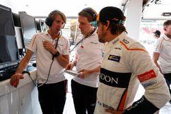Fernando Alonso, McLaren, talks with engineers
