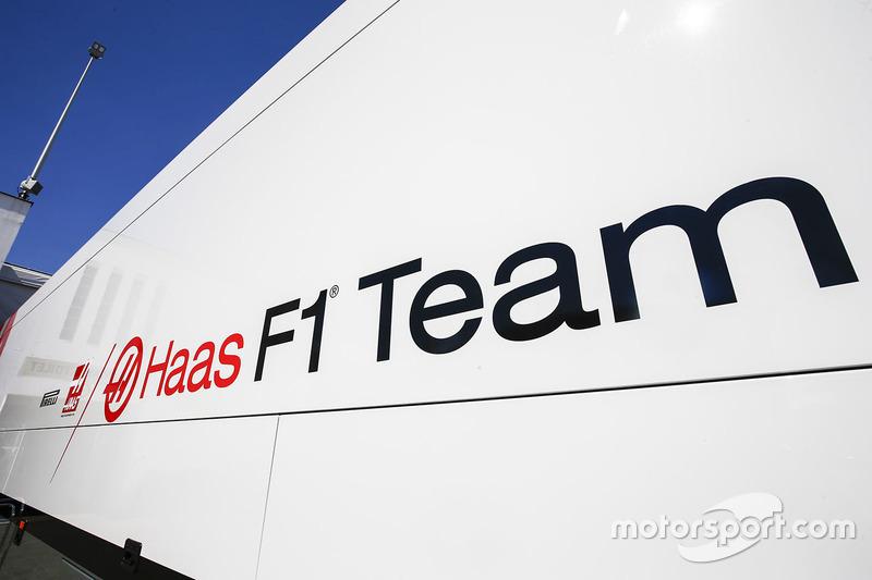 Camion Haas F1 Team nel paddock