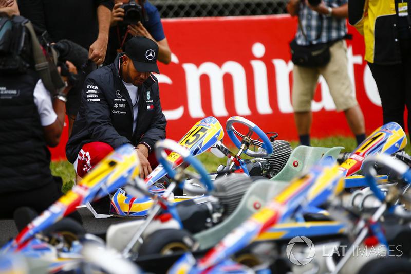 Lewis Hamilton, Mercedes AMG F1, esamina un kart