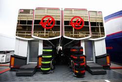 Los transportadores del equipo Haas, que albergan montones de neumáticos