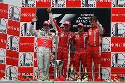 Подиум: второе место – Фернандо Алонсо, McLaren, победитель гонки Кими Райкконен, Ferrari, третье ме