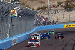 Matt Kenseth, Joe Gibbs Racing Toyota, se lleva la bandera a cuadros
