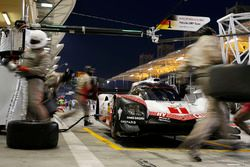 #1 Porsche Team Porsche 919 Hybrid: Neel Jani, Andre Lotterer, Nick Tandy in the pits