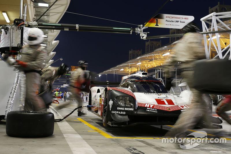 #1 Porsche Team Porsche 919 Hybrid: Neel Jani, Andre Lotterer, Nick Tandy en pits