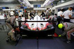 #2 Porsche Team Porsche 919 Hybrid: Timo Bernhard, Earl Bamber, Brendon Hartley dans le garage
