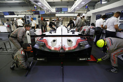 #2 Porsche Team Porsche 919 Hybrid: Timo Bernhard, Earl Bamber, Brendon Hartley in the garage