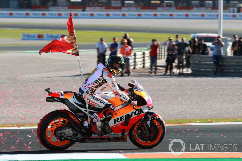 Marc Márquez campeón del mundo, del equipo Repsol Honda celebra