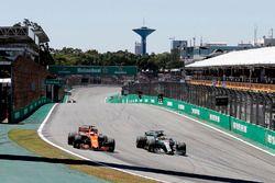 Lewis Hamilton, Mercedes-Benz F1 W08 and Fernando Alonso, McLaren MCL32 battle