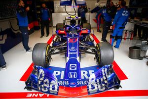 La monoposto di Pierre Gasly, Toro Rosso STR13, nel garage
