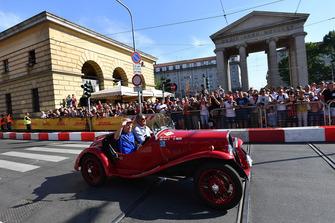 Brendon Hartley, Scuderia Toro Rosso dans une voiture historique