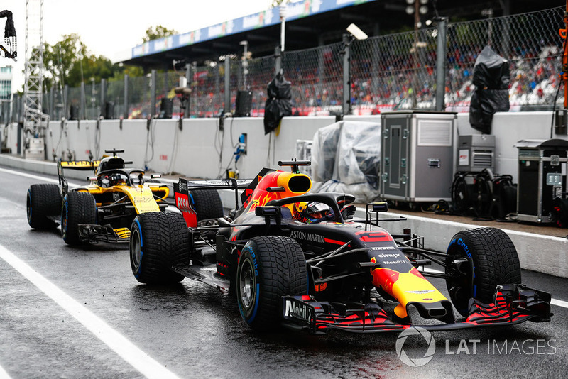 Daniel Ricciardo, Red Bull Racing RB14, in front of Nico Hulkenberg, Renault Sport F1 Team R.S. 18