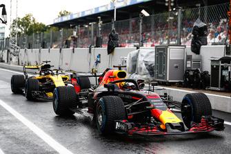 Daniel Ricciardo, Red Bull Racing RB14, in front of Nico Hulkenberg, Renault Sport F1 Team R.S. 18
