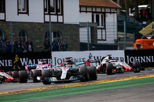 Lewis Hamilton, Mercedes AMG F1 W09 ; Sebastian Vettel, Ferrari SF71H, Sergio Perez, Racing Point Force India VJM11, Esteban Ocon, Racing Point Force India VJM1, y Romain Grosjean, Haas F1 Team VF-18, al inicio